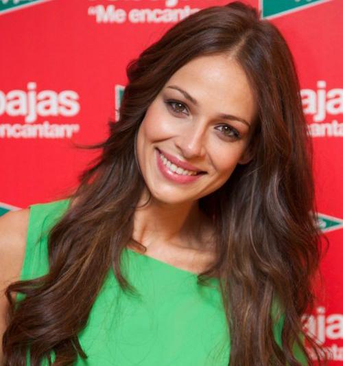 Eva González wears a green top
