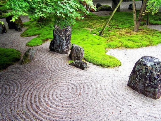 Precioso jardín zen. Imagen vía designequipamento