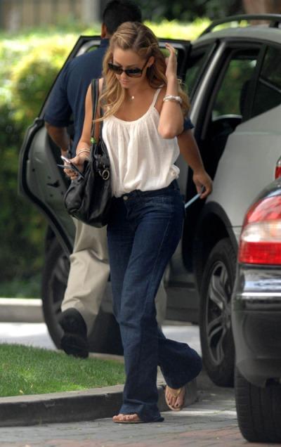 Estilo casual para este look con jeans boyfriend y top de tirantes. Imagen vía kliyb