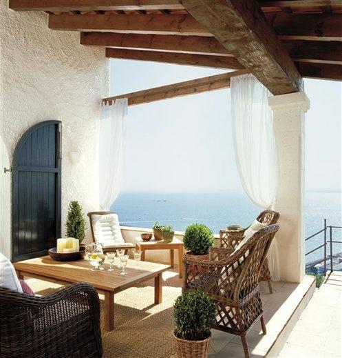 Preciosa terraza rústica, con la madera y el blanco como protagonistas. Imagen vía El Mueble