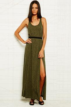 Maxi dress con abertura color caqui, de Urban Ourfitters