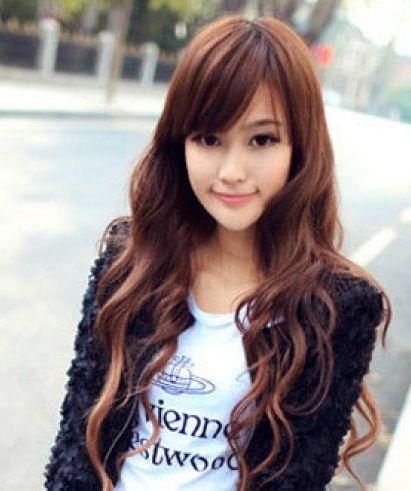 También se lleva el cabello con ondas. Mejor que no estén demasiado marcadas para aportar naturalidad. Imagen vía Korean Hairstyles 2013